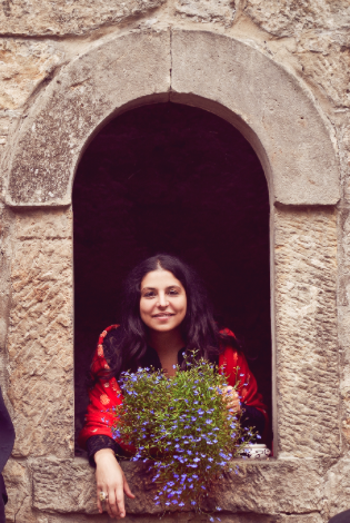 Noemi im Fenster mit Blumen